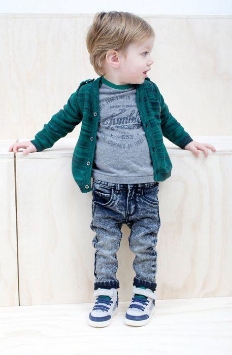 niño mini fashionista vestido de mezclilla y un saco color verde