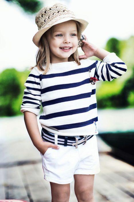 Niña mini fashionista vestida con un look de marinera