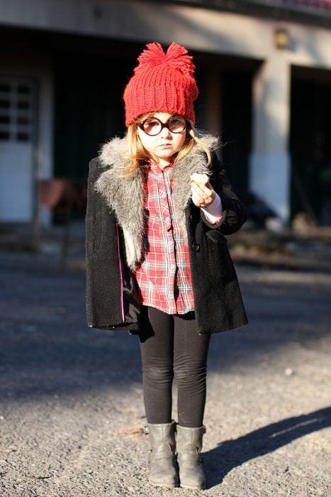 Niña mini fashionista vestida para el invierno