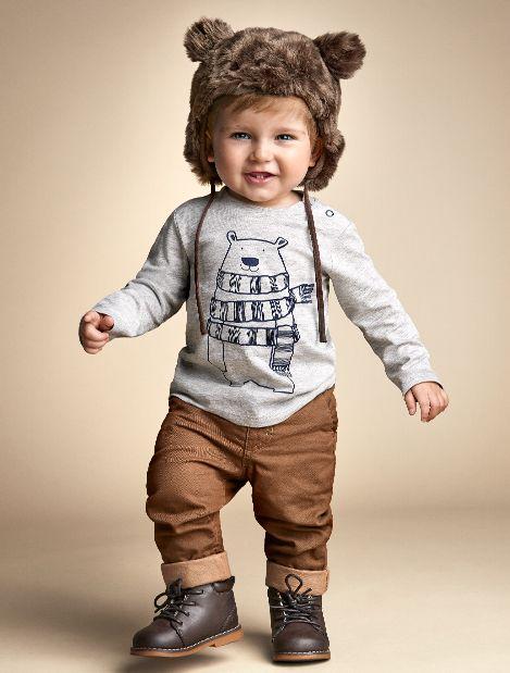 Niño mini fashionista vestido como un oso