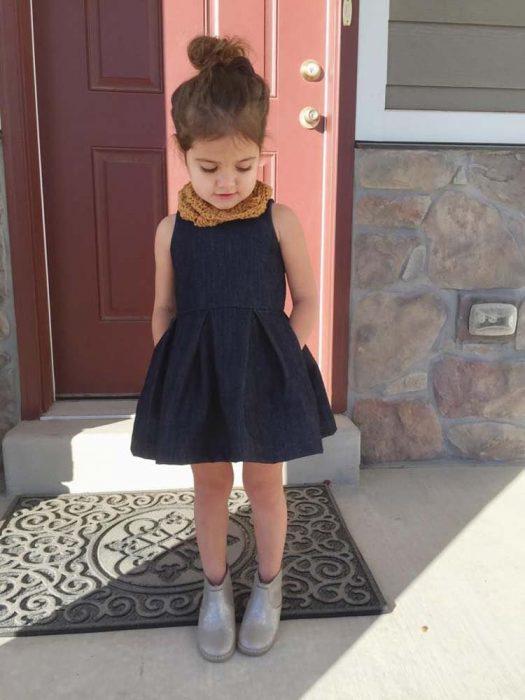 Niña minifashionista con un vestido y zapatos color gris