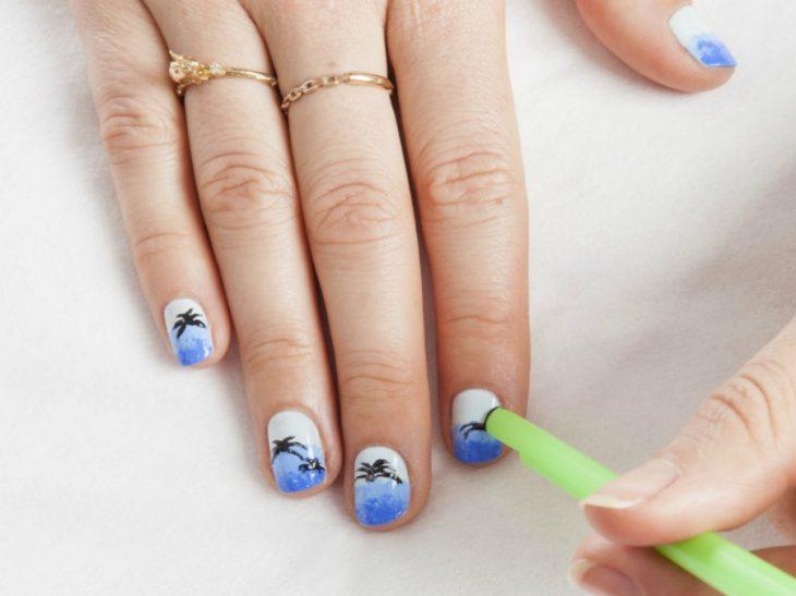 manos de mujer blanca con uñas de palma