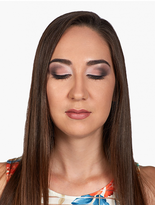Mujer de cabello largo con los ojos cerrados usando maquillaje NYX