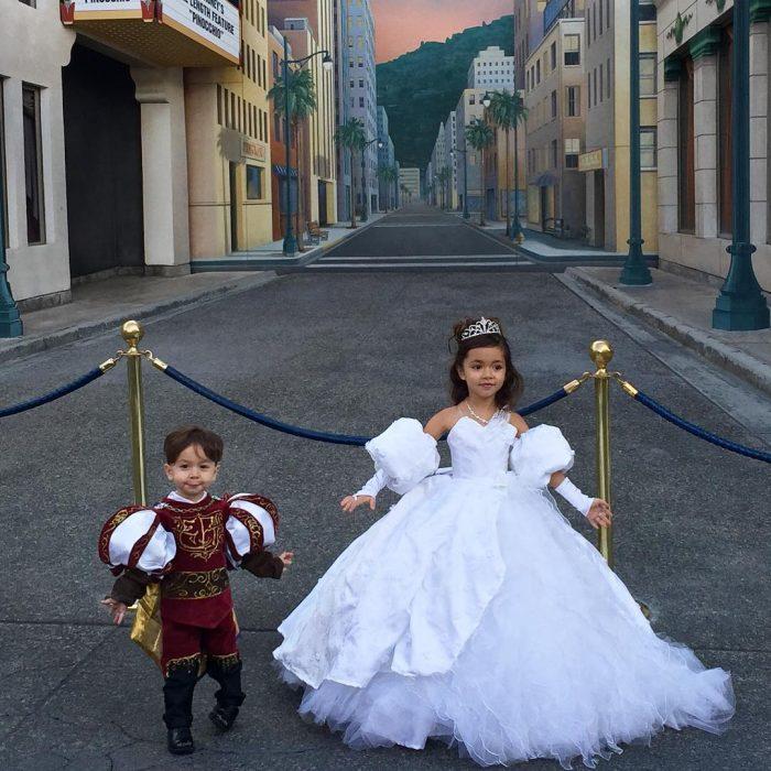 Niños vestidos con los disfraces creados por su padre Nefi García