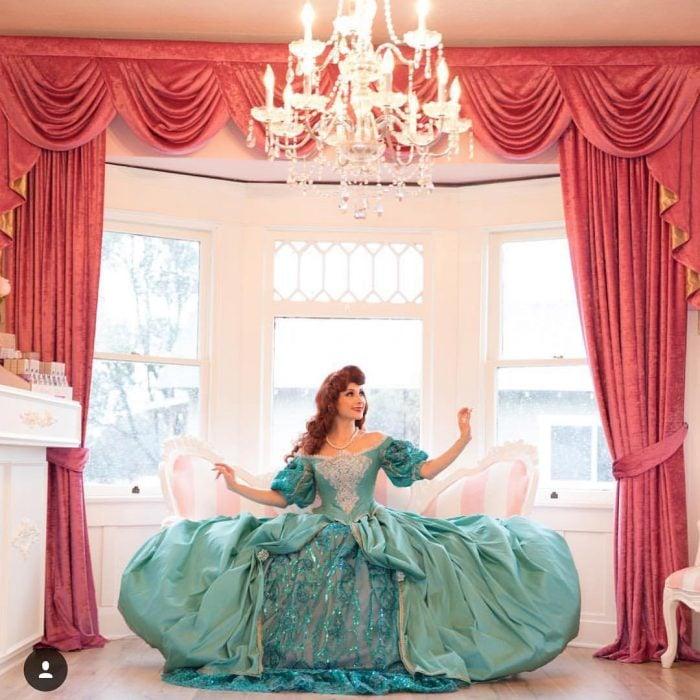Chica vestida como la sirenita con un disfraz realizado por Niefi García