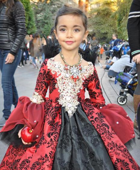 Niña usando un disfraz que su padre Nefie García creo para ella