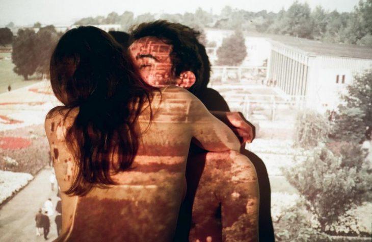 hombre besando a mujer desnuda de espaldas