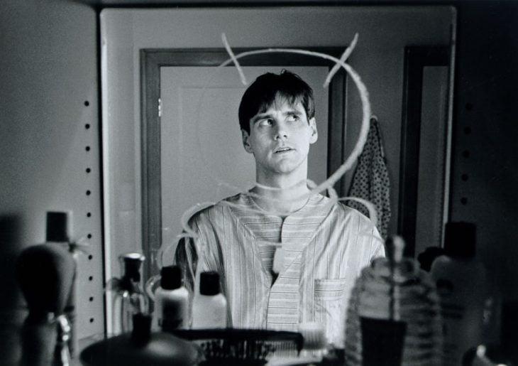 hombre frente al espejo jugando dibujo astronauta