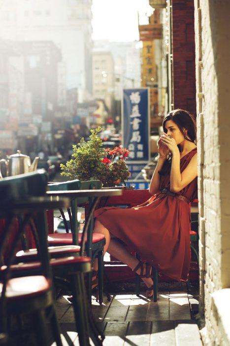 Mujer tomando una taza de café.