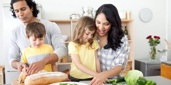Padres e hijos cocinando.
