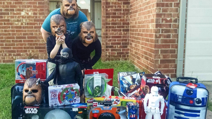 mujer con mascaras de chewbacca y juguetes con juguetes