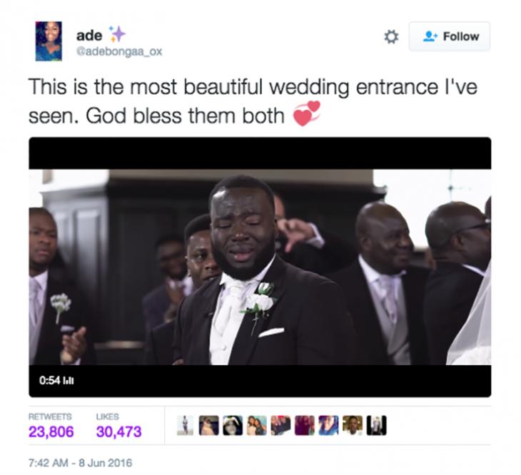 hombre llorando cuando ve a la novia caminar al altar