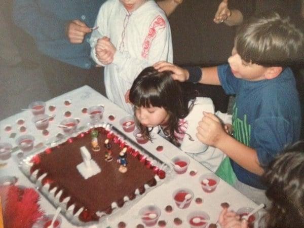 niña en fiesta de cumpleaños le empujan la cabeza