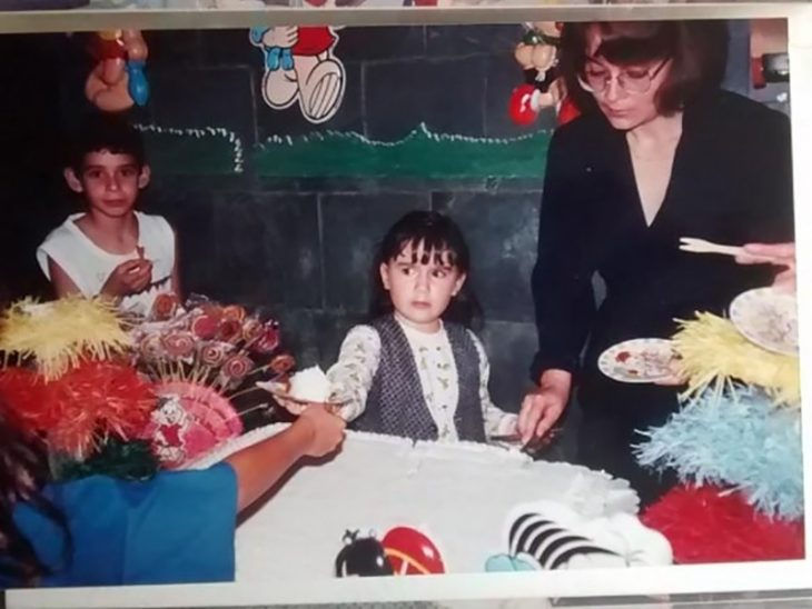niña enojada pasando una rebajanda de pastel