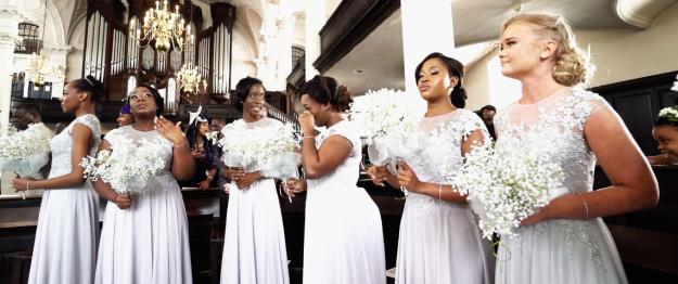 mujeres vestidas de blanco damas de honor llorando