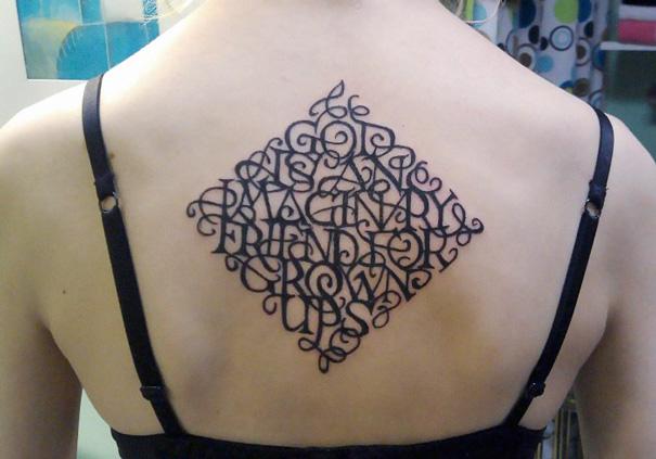 Tatuaje de un rombo con un mensaje oculto