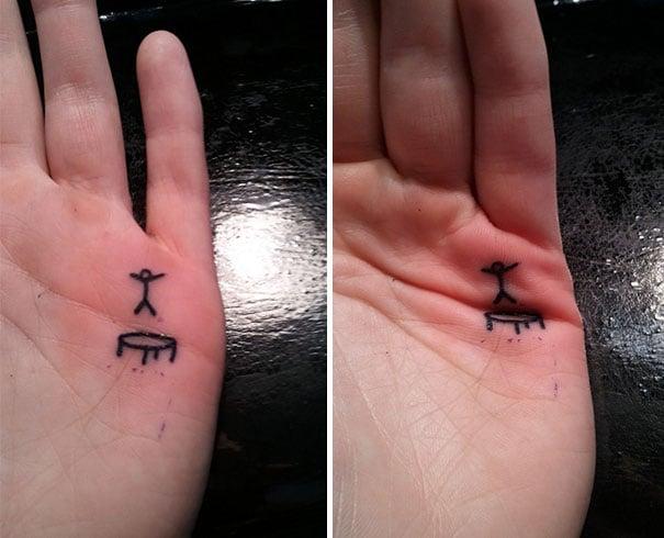 Tatuaje de un muñeco brincando sobre un trampolín