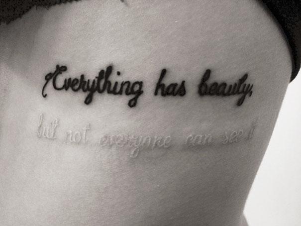 Tatuaje blanco y negro con un mensaje oculto