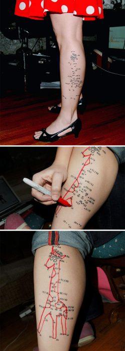 Tatuaje con mensaje oculto cuando unes los puntos