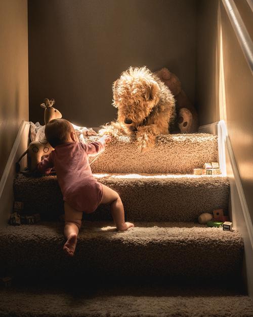 Bebé subiendo las escaleras él sólo