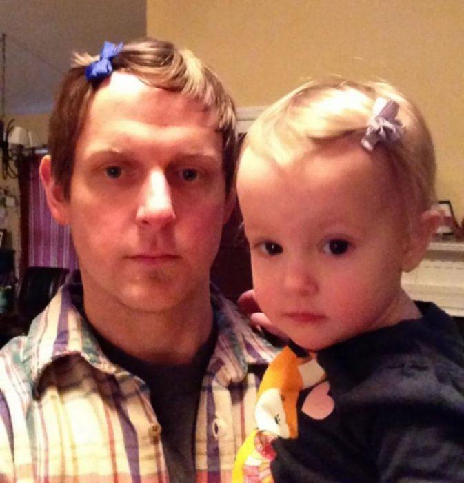 hombre rubio con broche y niña bebé