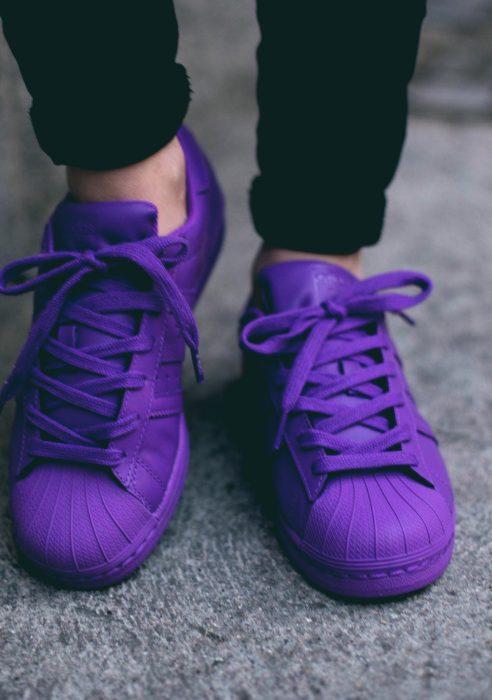 pies de mujer con tenis adidas superstar morado