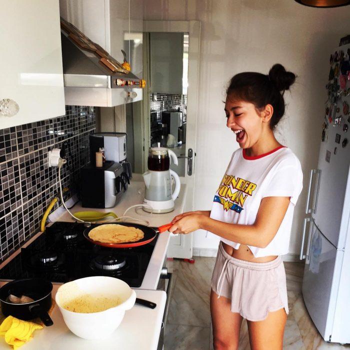 mujer en shorts haciendo de comer