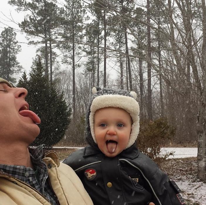 hombre saca la lengua y bebe también mientras neva