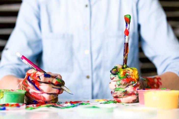 maestro con pintura en manos