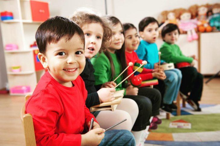 niños en salón de clases