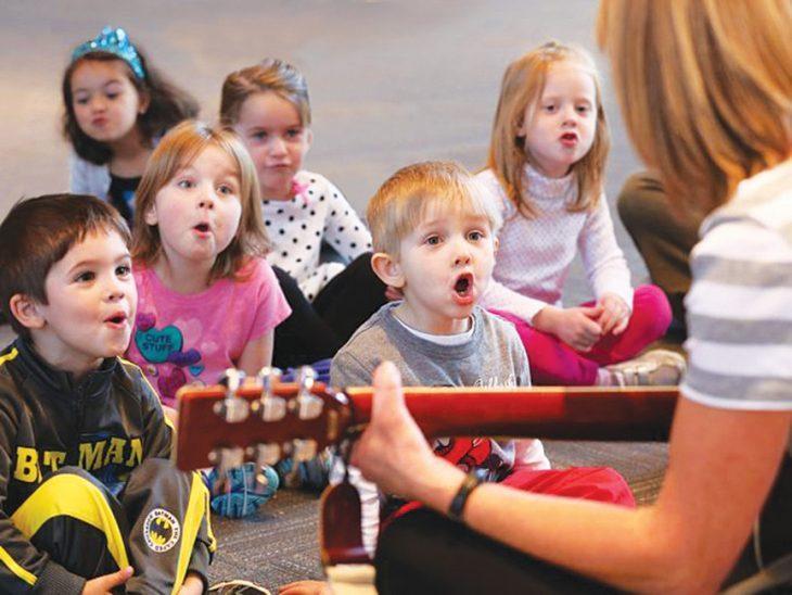 niños cantando con maestra