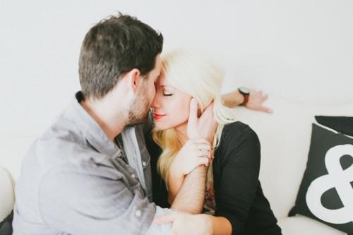 Chico besando en la frente a una chica