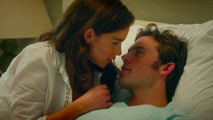 Escena de la película yo antes de ti, chica mirando a un chico que está recostado en una cama de hospital