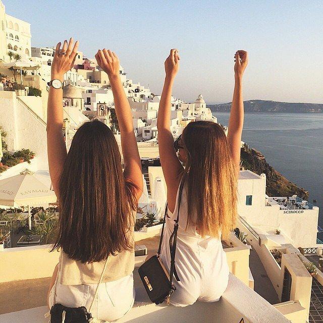 chicas de espalda en sitio turístico