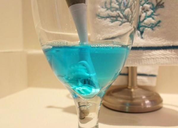 cepillo de dientes en remojo en listerine