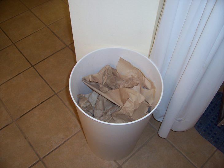 bote de basura con papeles