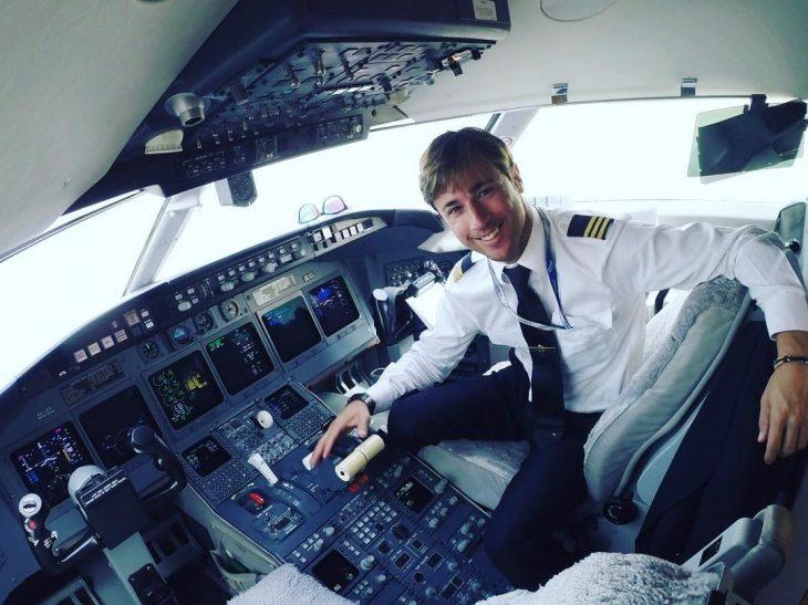 hombre rubio con traje de piloto
