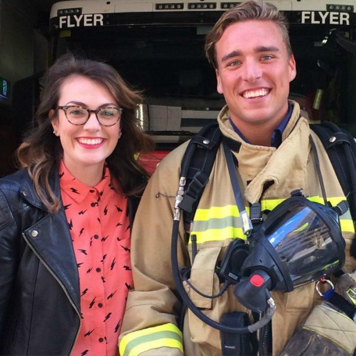 hombre bombero tomandose foto con mujer blanca de cabello negro