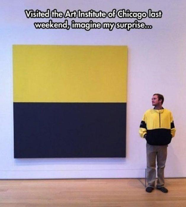 hombre con chamarra amarillo y negro y cuadro grande