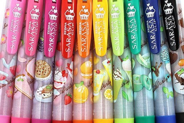 plumas de colores con olores a frutas