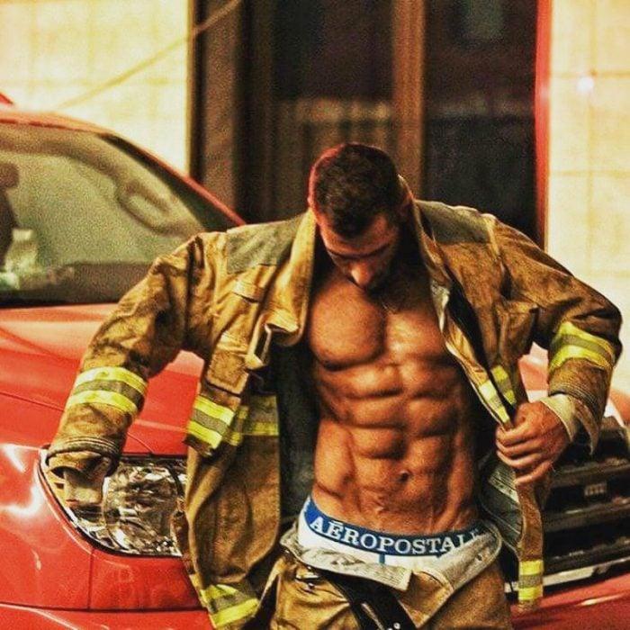hombre sin camisa con uniforme de bombero