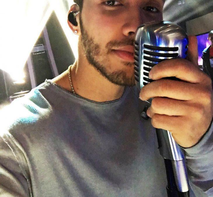 hombre sexy con microfono en su mano