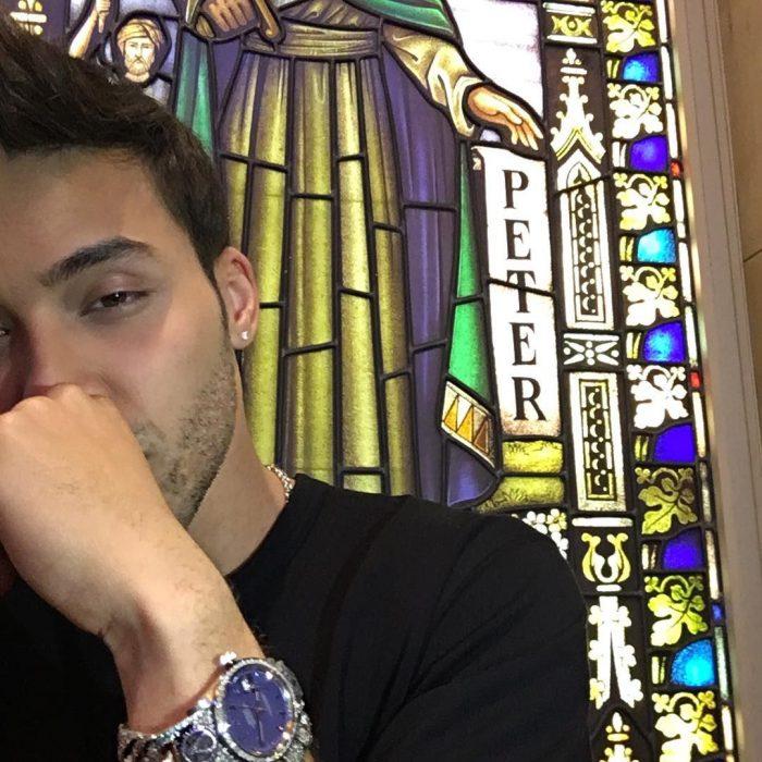hombre en iglesia con mano en la boca