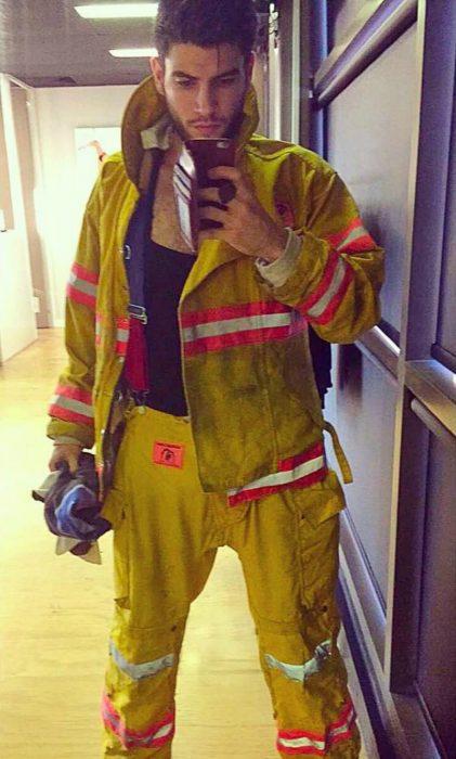 hombre con uniforme de bombero hace selfie