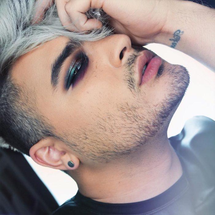 hombre con barba, maquillaje y cabello blanco