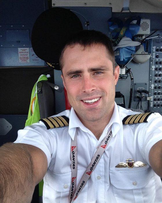 hombre con traje de piloto en cabina