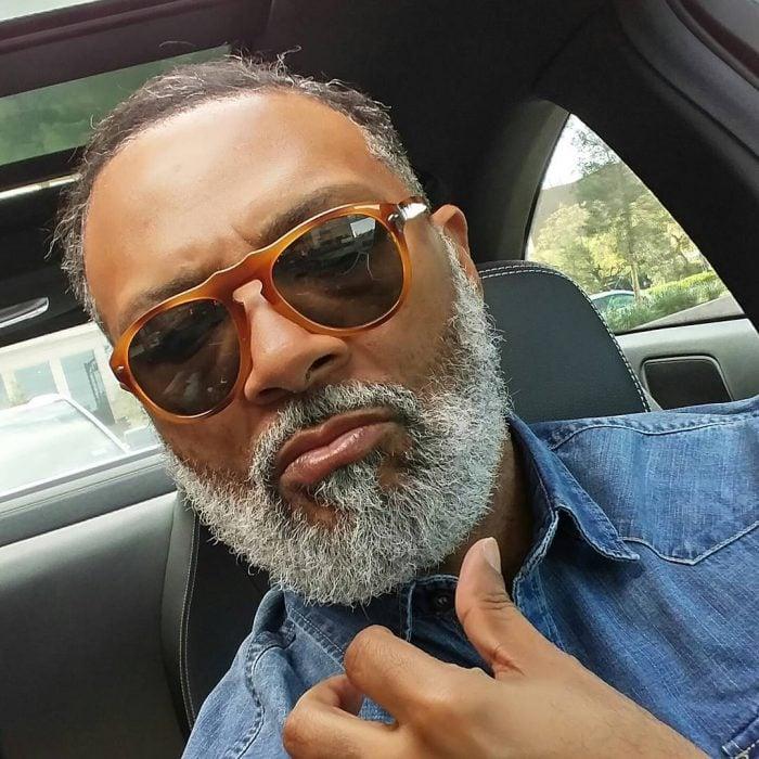 hombre moreno con músculos, barba y lentes