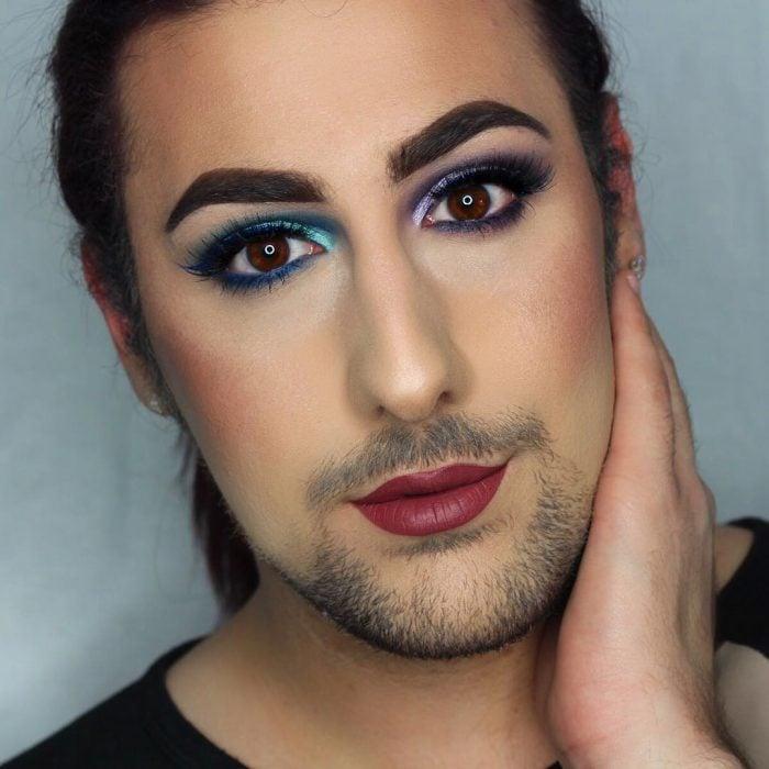 hombre con barba y maquillaje con labios rojos