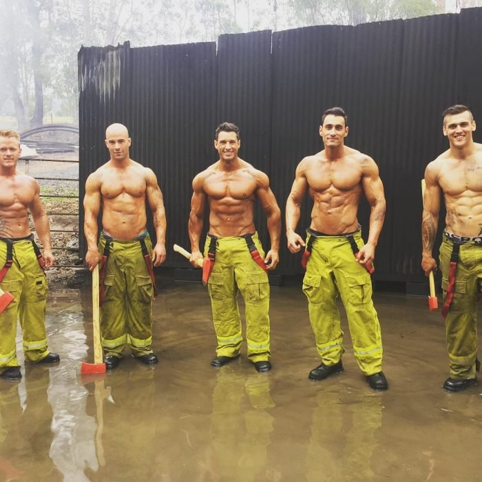 grupo de hombres con pantalones de bombero