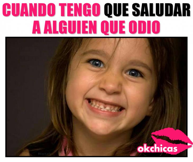 Meme de sonrisa falsa.